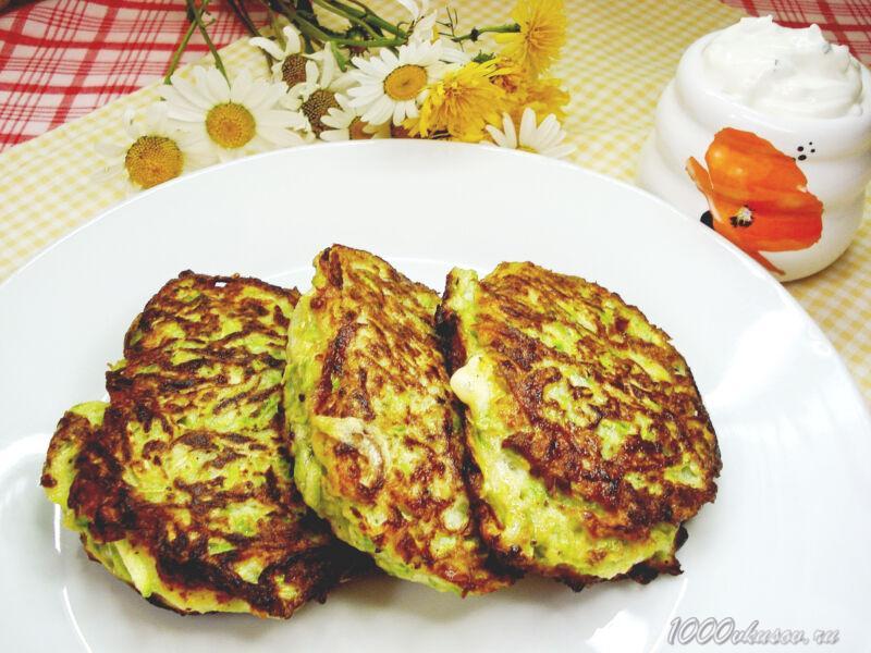 Готовые кабачковые оладьи с сыром