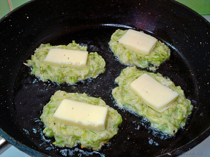 Кусочек сыра в оладьях